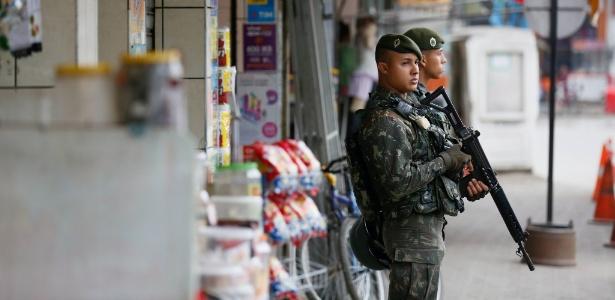 1º.out.2016 - Na véspera do primeiro turno, militares do Exército Brasileiro chegaram a regiões do Rio controladas por milícias. Na foto, militares tomam posição no bairro de Cabuçu, em Nova Iguaçu