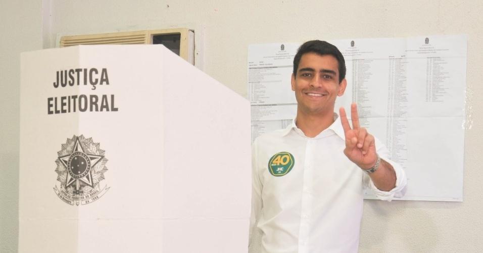 2.out.2016 - Deputado federal João Henrique Caldas (PSB) foi o segundo candidato a prefeito de Maceió a votar neste domingo (2). Ele chegou ao Colégio Anchieta, localizado na Jatiúca, por volta das 10h, e não enfrentou fila para votar