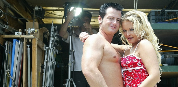 Eric Masterson e e Wendy Devine posam para foto durante intervalo de gravação de um filme pornô em Canoga Park, Califórnia