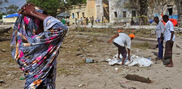 Mulher se desespera diante da destruição causada por um ataque suicida na Somália