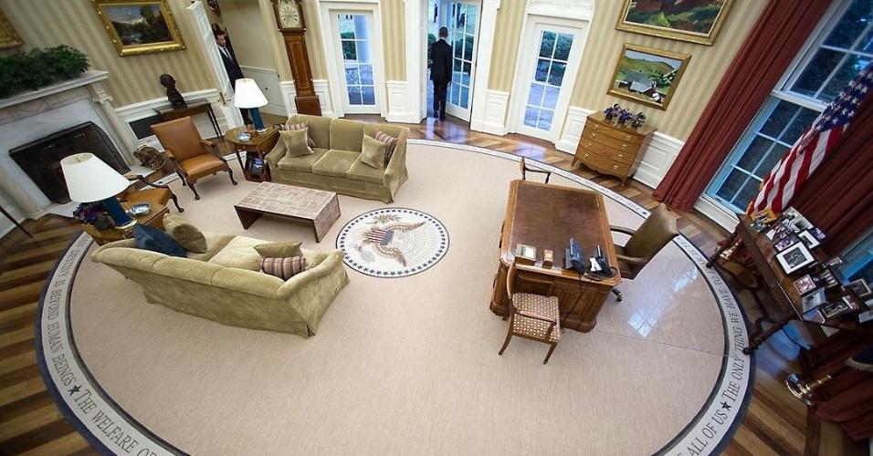 20.jan.2017 - Uma das últimas fotos de Barack Obama na Casa Branca revela a nova decoração do Salão Oval sob o poder de Donald Trump: sofás e cortinas dourados, além do tapete bege