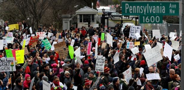 Ativistas protestam contra o decreto de Trump em frente à Casa Branca