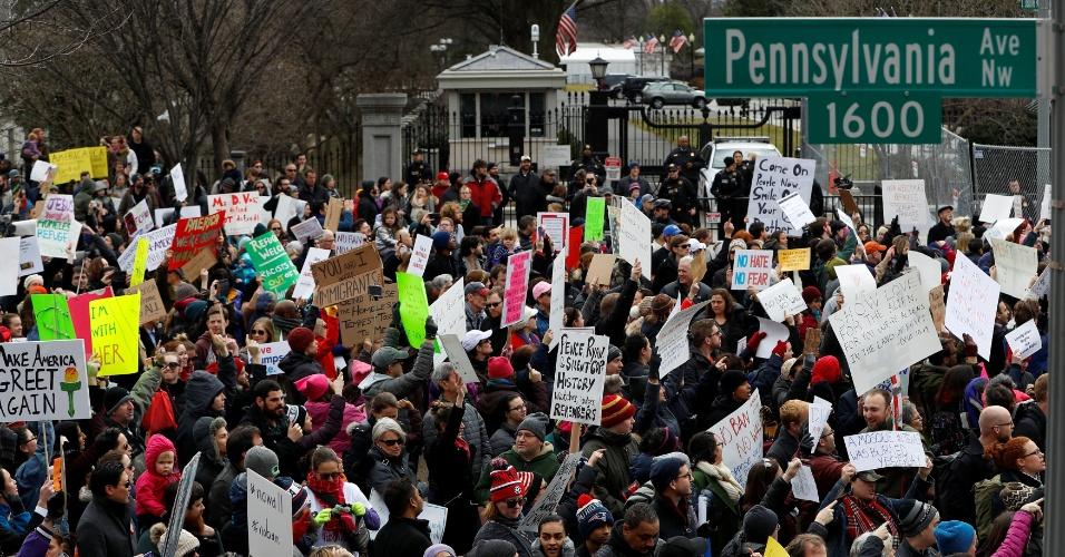 29.jan.2017 - Ativistas protestam diante da Casa Branca contra a ordem executiva de Donald Trump que veta a entrada de cidadãos de sete países de maioria muçulmana