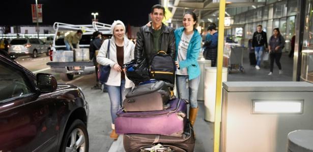 29.jan.2016 - O imigrante Medhi Radgoudarzi deixa aeroporto em San Francisco com sua mulher e filha depois de ter sido detido por cinco horas