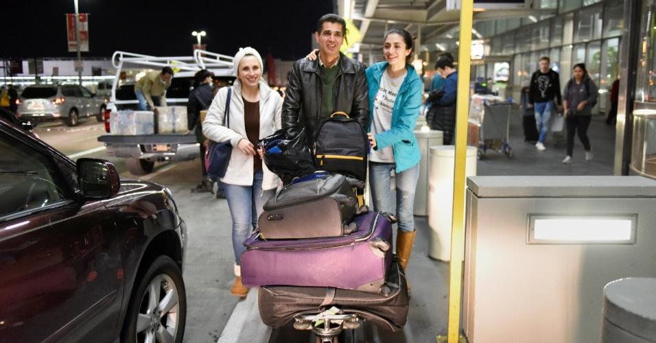 29.jan.2016 - O imigrante Medhi Radgoudarzi deixa aeroporto em San Francisco com sua mulher e filha depois de ter sido detido por cinco horas devido a decreto do presidente americano Donald Trump que restringiu a entrada de refugiados em território americano
