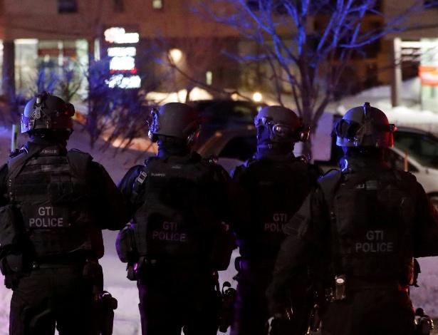 Equipe policial da Swat nas proximidades da mesquita que sofreu o ataque em Quebec