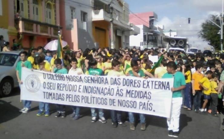 31.mar.2017 - Na cidade de Bezerros, no Pernambuco, estudantes se integraram aos protestos contra as reformas trabalhista e da Previdência