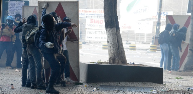 Protesto em frente à Alerj durante votação da lei que autoriza a privatização da Cedae, em fevereiro, resultou em cenas de violência e confronto entre policiais e manifestantes