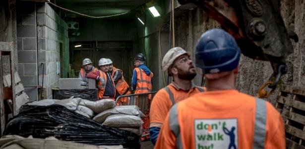 Trabalhadores realizam construção na nova parte da Estação Victoria, em Londres