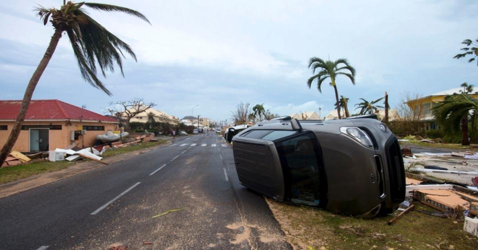 6.set.2017 - Carro virado após passagem de furacão Irma em Marigot, na região francesa de São Martinho