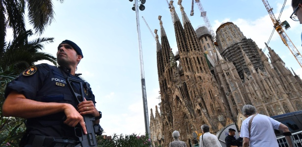 20.ago.2017 - Policial faz a segurança da Sagrada Família após os atentados realizados na Catalunha