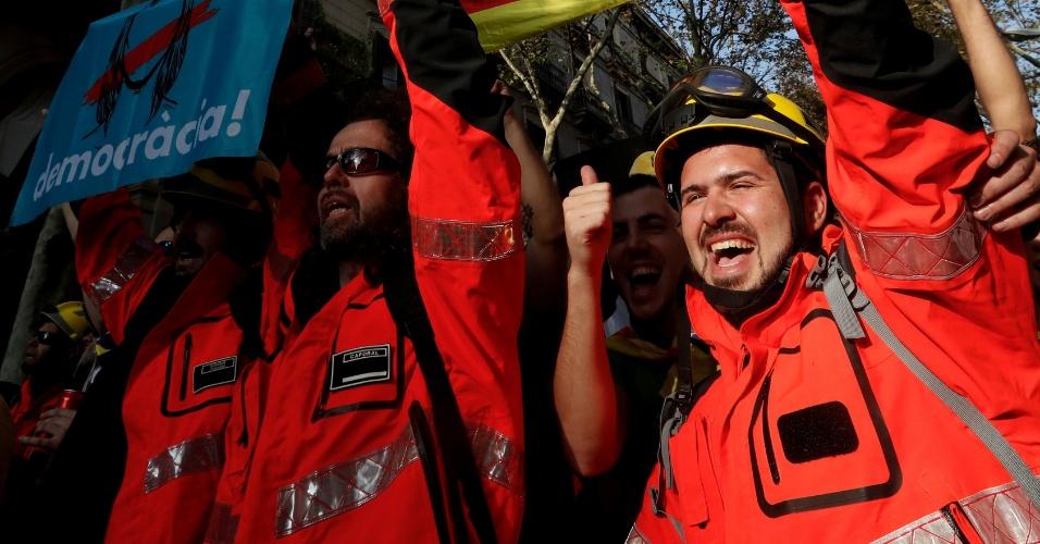 27.out.2017 - Bombeiros comemoram a declaração de independência catalã durante marcha em Barcelona