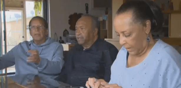 Randall (centro) em seu encontro com os irmãos: com 69 anos de idade, ele descobriu que tinha uma nova família