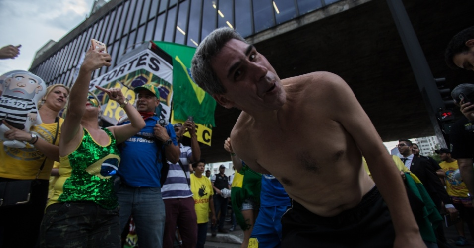 Grupos contrários ao ex-presidente Lula comemoram na Avenida Paulista a condenação do ex presidente Lula no julgamento no TRF-4, em Porto Alegre