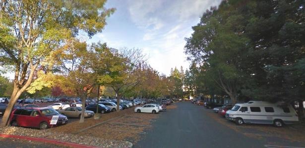Imagem geral de um dos estacionamentos do Googleplex, como é chamada a sede do Google. À direita, uma van que pode ser usada para moradia