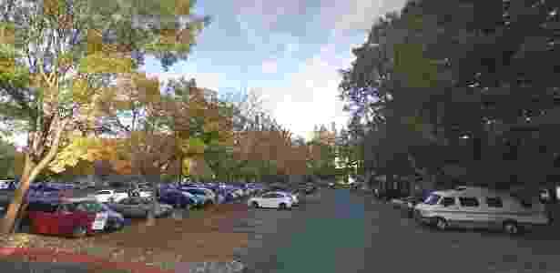 Imagem geral de um dos estacionamentos do Googleplex, como é chamada a sede do Google. À direita, uma van que pode ser usada para moradia - Reprodução/Google Maps