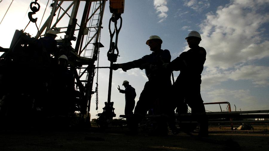 Funcionários trabalham no campo de petróleo de Cabimas, na Venezuela - Jorge Silva/ Reuters