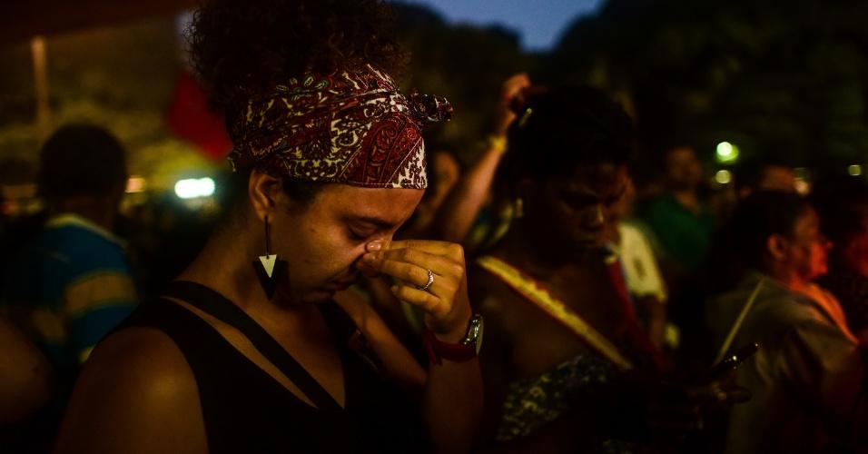 20.mar.2018 - Jovem se emociona durante ato em memória de Marielle Franco realizado em frente ao MASP (Museu de Arte de São Paulo), na avenida Paulista, centro de São Paulo. A vereadora do PSOL-RJ foi assassinada junto ao seu motorista Anderson Gomes na última quarta-feira (14)