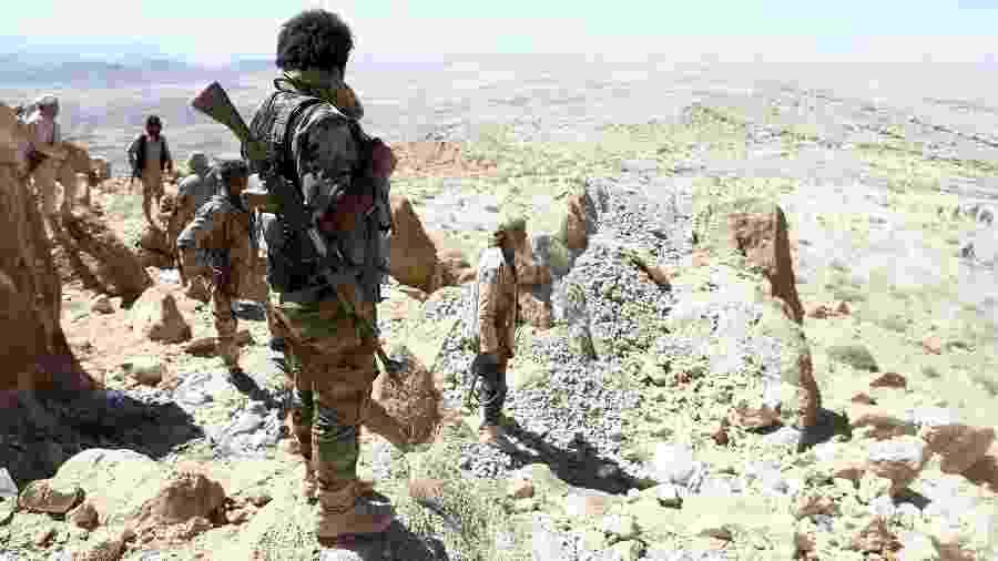 27.jan.2018 - Soldados próximos de área de combate contra rebeldes huthis no Iêmen - Faisal Al Nasser/Reuters