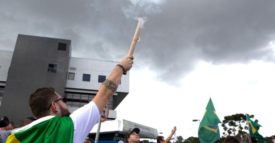 Manifestantes comemoram o pedido de prisão do ex-presidente Lula na porta da Polícia Federal de Curitiba.