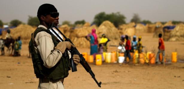 Soldado nigeriano fica de guarda em um campo na cidade de Diffa