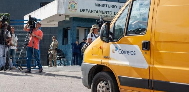 10.abr.2018 - Veículo dos Correios chega à sede da PF em Curitiba