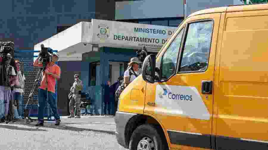 10.abr.2018 - Veículo dos Correios chega à sede da PF em Curitiba - Cassiano Rosário/Futura Press/Estadão Conteúdo