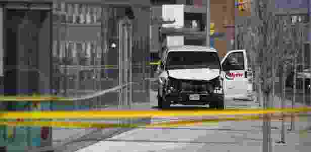23.abril.2018 - Polícia investiga van usada por motorista para atropelar cerca de 10 pessoas em Toronto - Cole Burston/Getty Images/AFP - Cole Burston/Getty Images/AFP