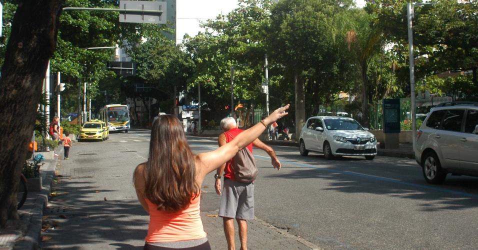 26.mai.2018 - Passageiros aguardam ônibus em ponto na região de Botafogo, zona sul do Rio de Janeiro. A frota do transporte público sofreu redução devido à falta de combustíveis gerada pela greve de caminhoneiros