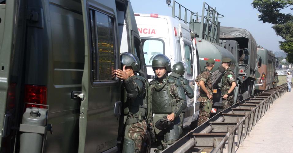 Exército auxilia caminhoneiros que querem deixar acostamento da Rodovia Régis Bittencourt, em Embu das Artes (SP)