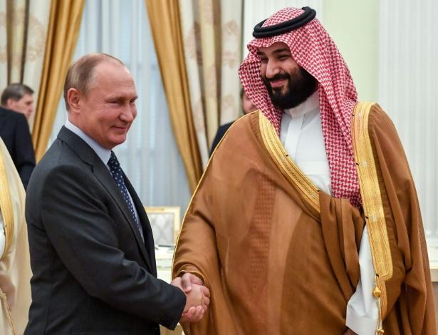 O presidente russo, Vladimir Putin (à esq.) cumprimenta o príncipe herdeiro da Arábia Saudita, Mohammed bin Salman, em Moscou - Yuri Kadobnov/AFP Photo