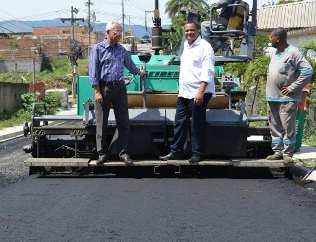 O secretário municipal de Obras de Queimados (centro) acompanha obras de pavimentação - Divulgação