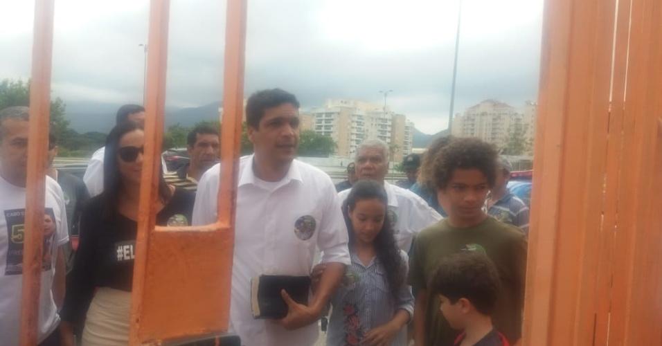 Cabo Daciolo chegou para votar na zona oeste do Rio