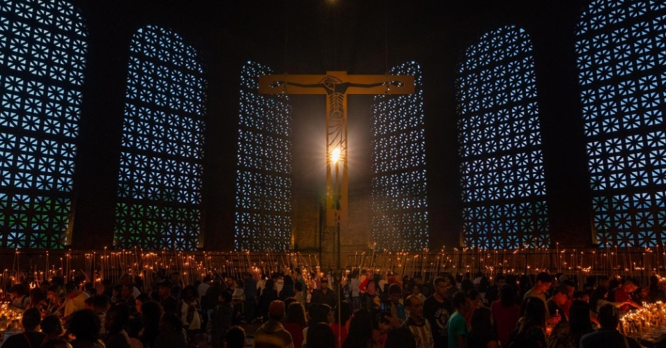 Peregrinos católicos participam de celebração do dia de Nossa Senhora Aparecida no Santuário Nacional, localizado na cidade de Aparecida (SP), nesta sexta-feira (12)