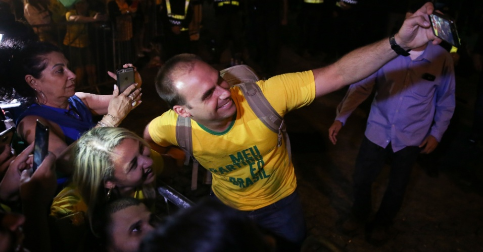 28.out.2018 O filho de Jair Bolsonaro, deputado federal Eduardo Bolsonaro, comemora com eleitores o resultado das urnas