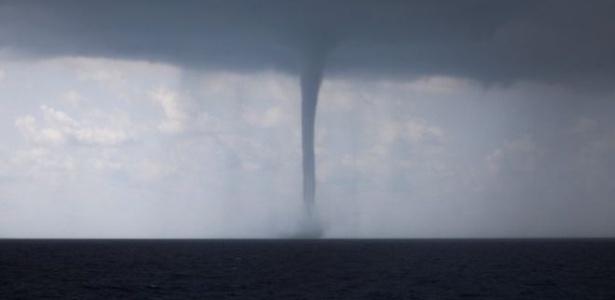 """Tromba d""""água é uma intensa coluna de água que se forma sobre a água e se dissolve na terra - Reuters"""