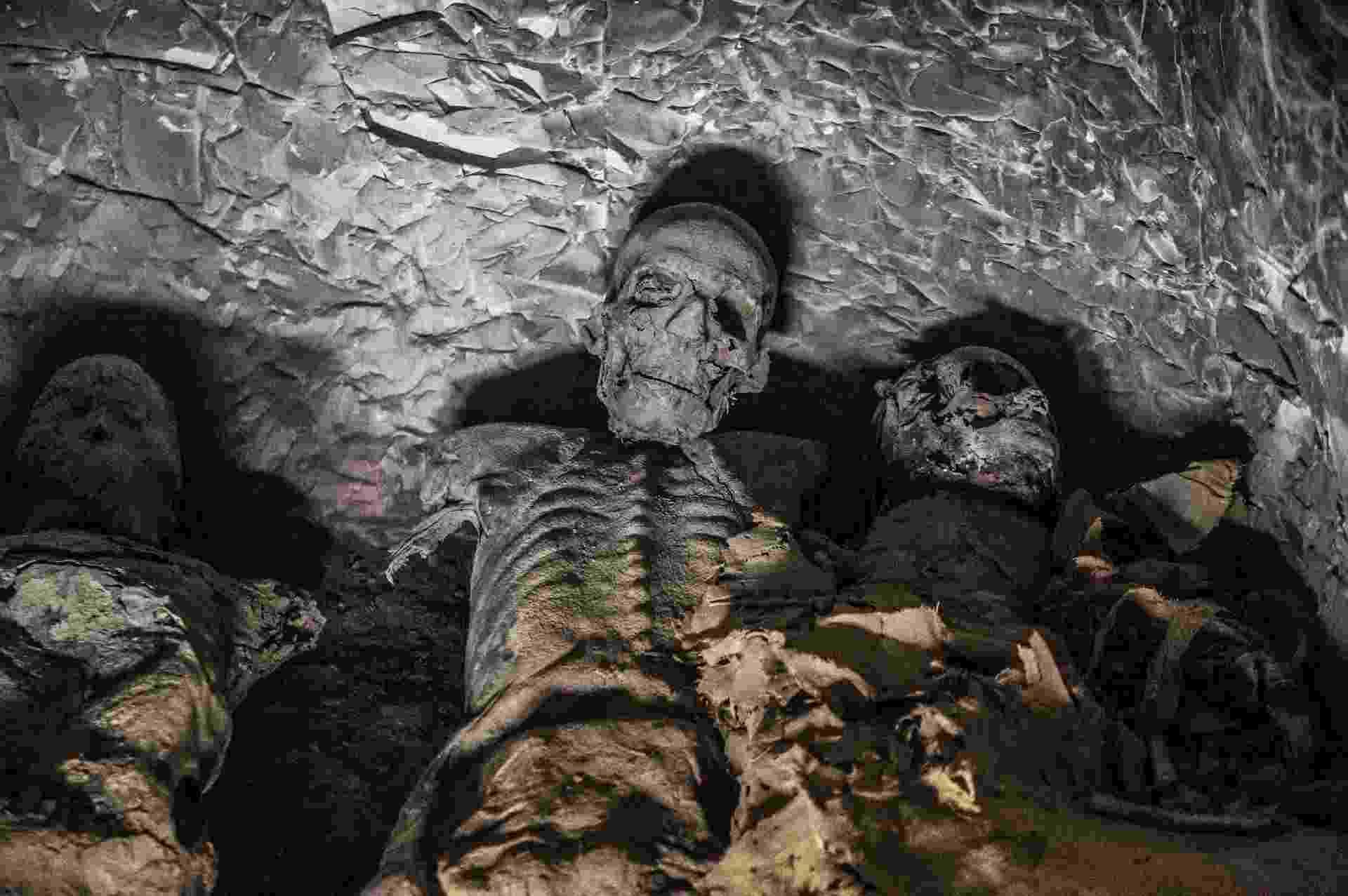 24.nov.2018 - Dentre os objetos encontrados durante as escavações estão um grupo de múmias achadas juntas no local do túmulo TT28. O sítio arqueológico onde elas foram encontradas fica na necrópole de al-Asassif, que fica na margem oeste do rio Nilo, ao norte da cidade de Luxor, no sul do Egito - Khaled Desouki /AFP