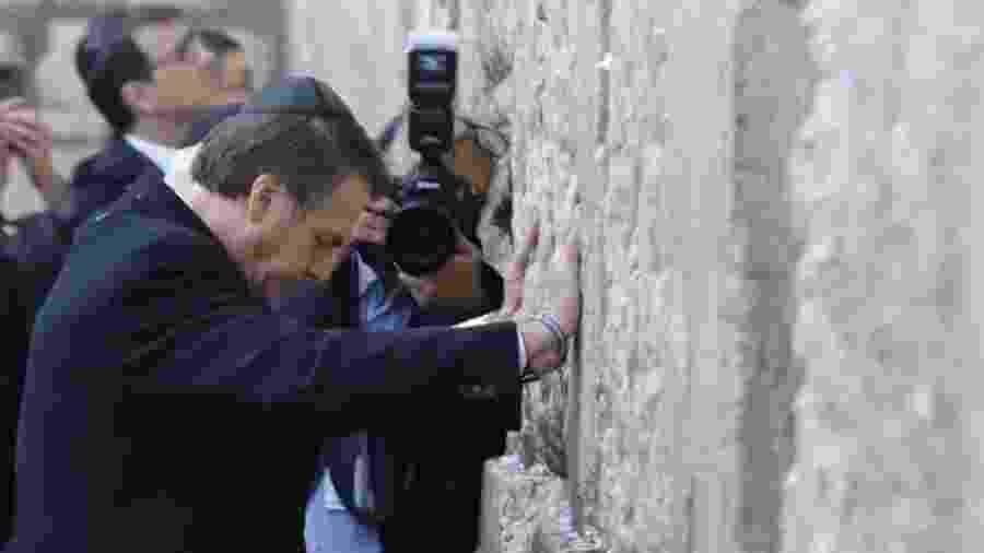 Bolsonaro no Muro das Lamentações, nesta segunda-feira; visita ao local ao lado de Netanyahu é vista por alguns como apoio tácito à soberania de Israel sobre Jerusalém Oriental - Reuters/BBC