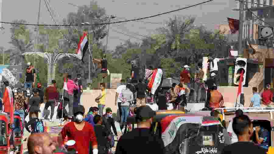 Manifestantes protestam em Bagdá, no Iraque, contra o goeverno - Sabah Arar/AFP