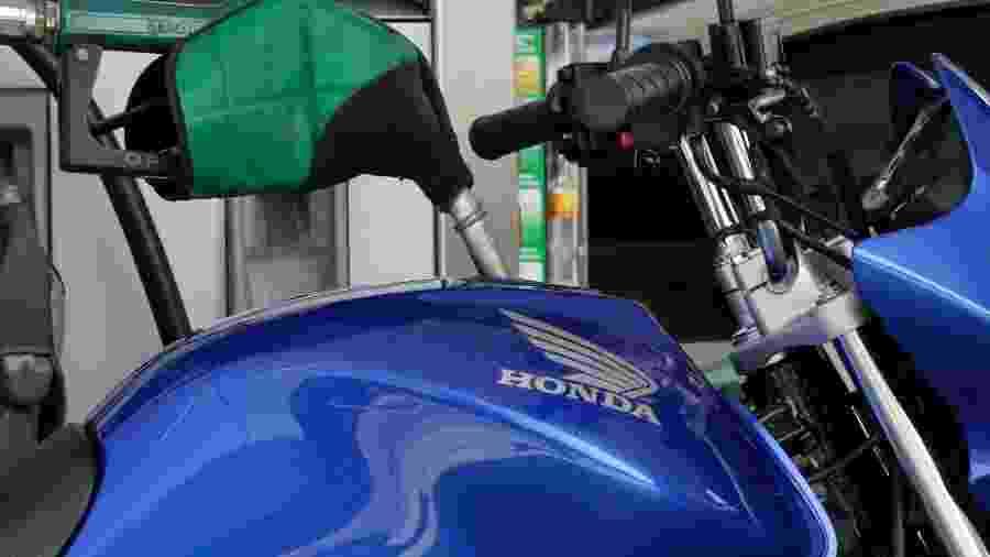 Motocicleta abastecida a etanol em posto de combustíveis em São Paulo (SP) - Paulo Whitaker