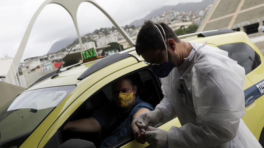 Profissional de saúde faz teste de detecção de Covid-19 em taxista no Rio de Janeiro -