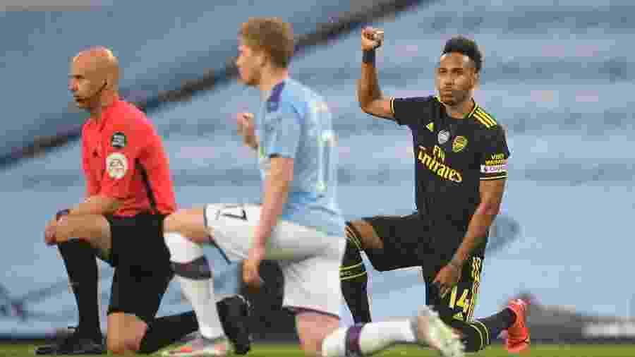 Jogadores e árbitro se ajoelham em apoio ao movimento Vidas Negras Importam antes de partida do Campeonato Inglês -