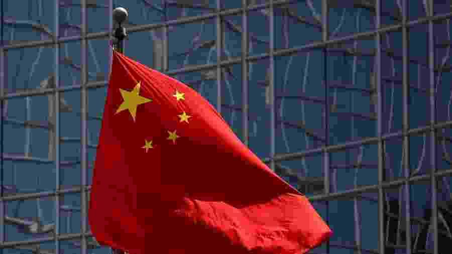 Bandeira da China em fente a prédio em Pequim - Thomas Peter/Reuters