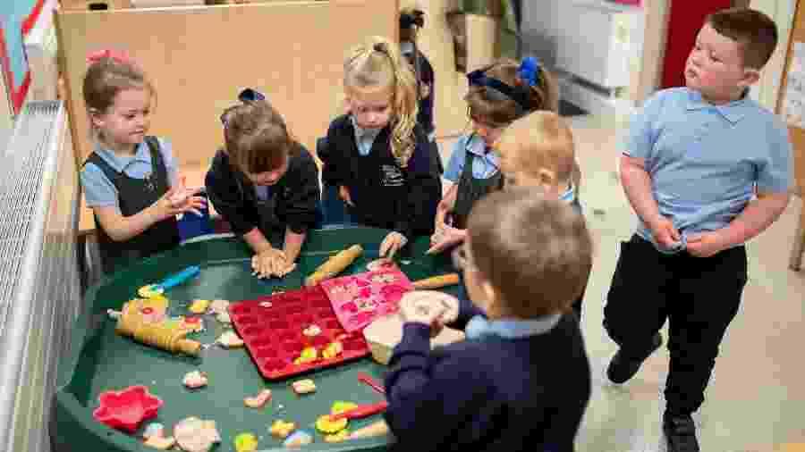 Crianças na escola em Oldham, Inglaterra. Falta de convívio escolar começa a mostrar efeitos colaterais  - OLI SCARFF-7.set.2020 / AFP