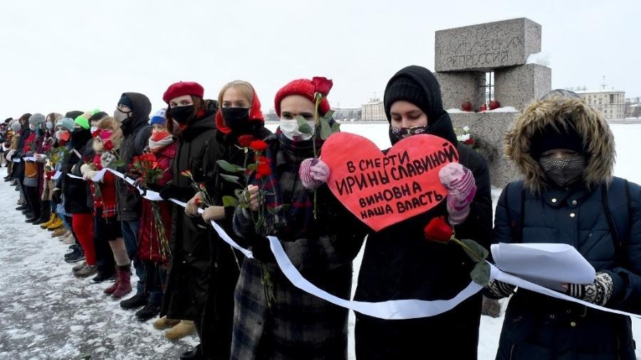 Mulheres russas formam uma corrente humana em apoio a presos políticos na Rússia, como Alexei Navalny, líder da oposição - Olga Maltseva/AFP