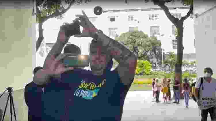 18.fev.2021 - Manifestantes gravam reportagem em frente à sede da PF do Rio, onde Daniel Silveira ficou preso - Herculano Barreto Filho/UOL - Herculano Barreto Filho/UOL