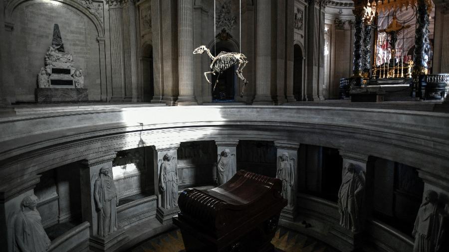 Instalação do artista Pascal Convert sobre o túmulo de Napoleão, na França - Stephane de Sakutin