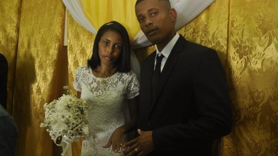 Jucilene e Angelo no dia de seu casamento; casal esperava seu terceiro bebê, mas ela levou três tiros na porta de sua casa durante confronto entre policiais e suspeito - Arquivo pessoal