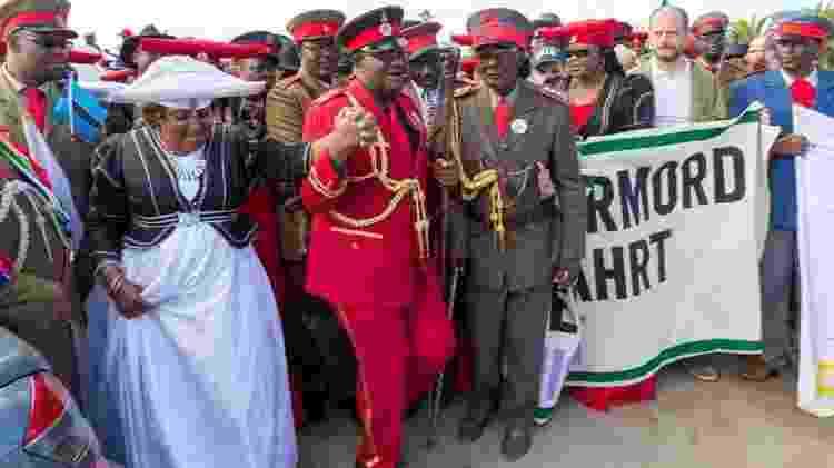 Morte do influente líder Vekuii Rukoro (centro da foto) levou parte da população namíbia a levar covid-19 mais a sério - Getty Images - Getty Images