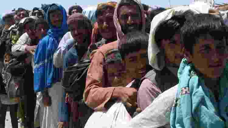 Afegãos tentando deixar Cabul - BBC - BBC